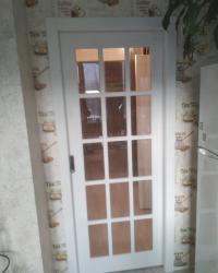 Дверь Геона Мерано 5 ДО в ПВХ-шпоне синхропоры милк установленная в пенал