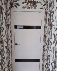Дверь c алюминиевой кромкой «Lumio 2» в цвете Пастель молочная горизонт и лакобелями черного цвета