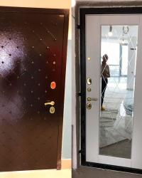 Дверь входная Гранит, тройной контур уплотнения,цвет антик медь, внутри накладка Олимп с зеркалом с фацетом и гравировкой в цвете холст платина