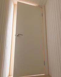 """Двухцветная дверь с выпадающим порогом под названием – """"Гладь"""""""
